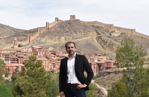 El escritor Luis Zueco, en Albarracín (Ediciones B)
