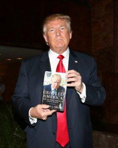 Donald Trump con uno de sus libros (GTRES)