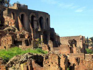 Turistas en el monte Palatino de Roma (Wikipedia).