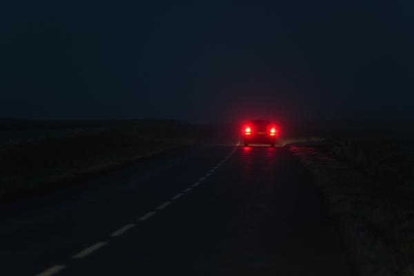 Coche circulando por una carretera. GTRES