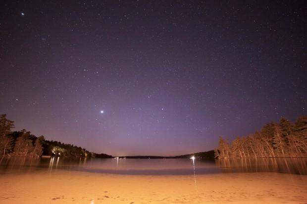 Playa por la noche. PEXELS
