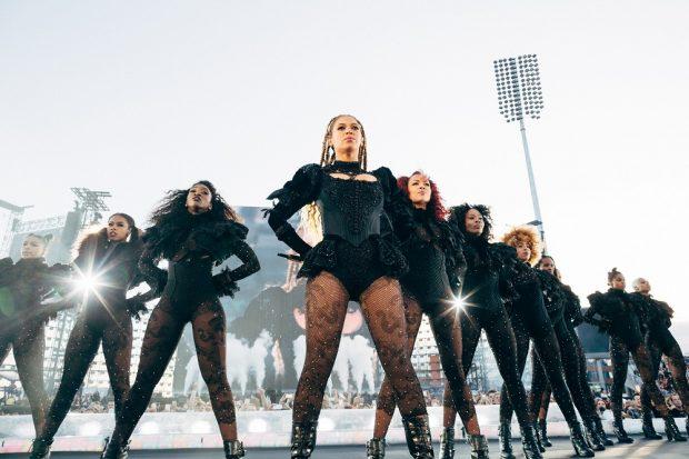 Queen B y su ejército de mujeres en bodies durante el concierto de Manchester. GTRES