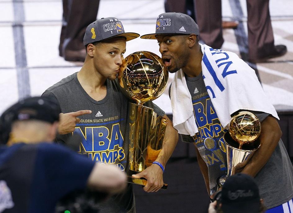 Curry e Iguodala besar el trofeo de la NBA... quizá por última vez en la historia (GTRES).