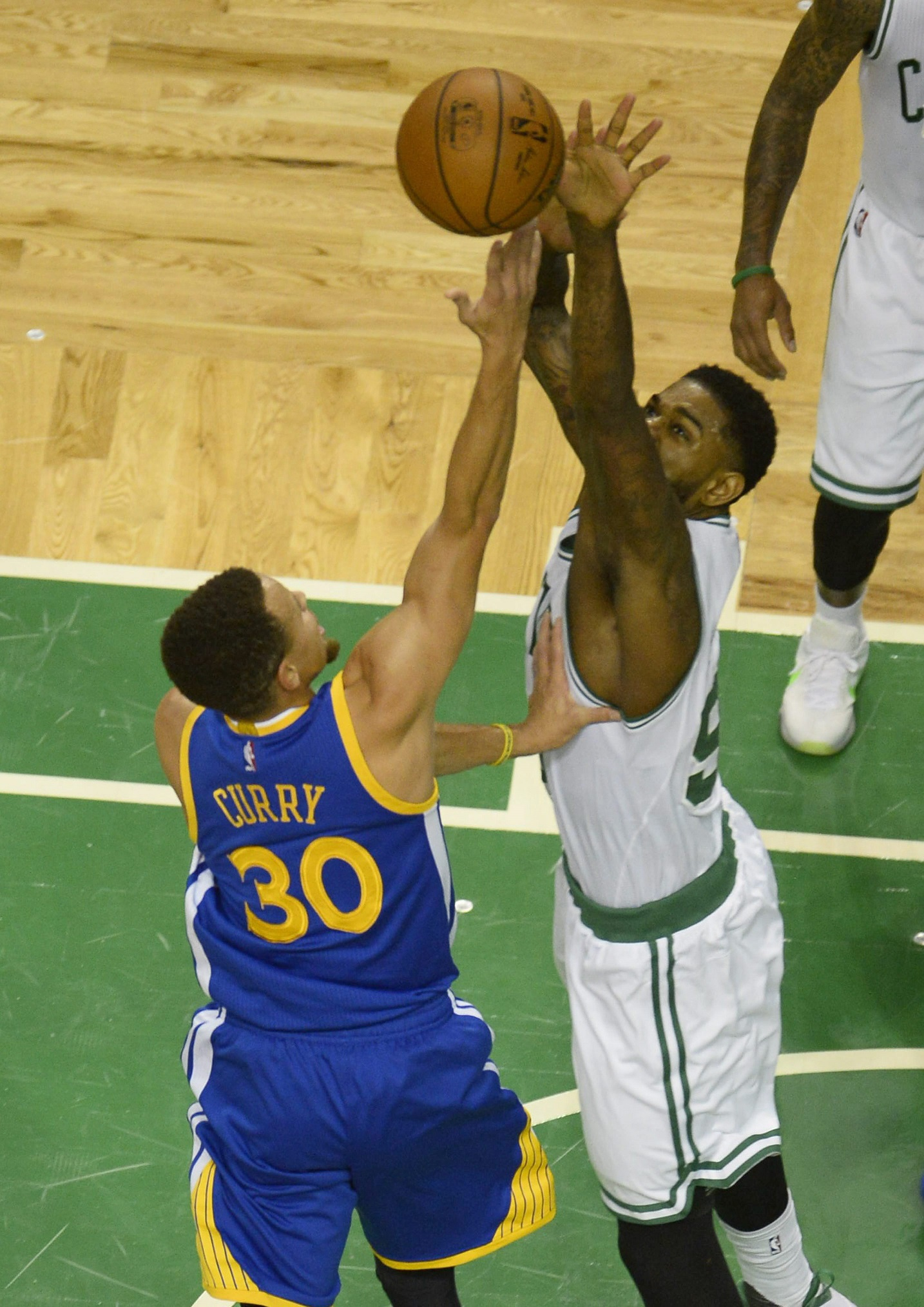 Amir Johnson, tratando de taponar un tiro de Stephen Curry en el Boston Garden (EFE).