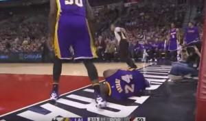 Kobe Bryant, en el suelo tras anotar en el partido ante los Blazers. (NBA.COM)
