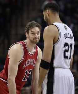 Pau Gasol sonríe a Tim Duncan durante un partido entre Spurs y Bulls la pasada temporada. (GTRES)