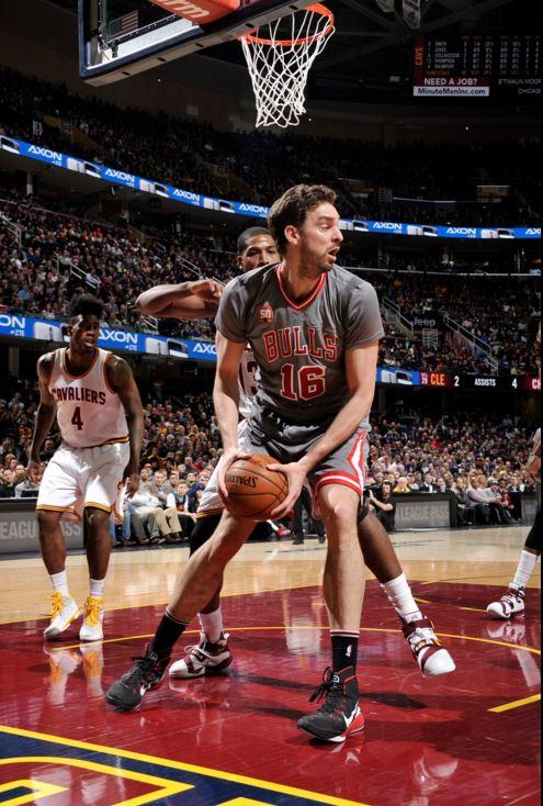 Gasol, baho el aro de Cleveland (TWITTER @NBA).