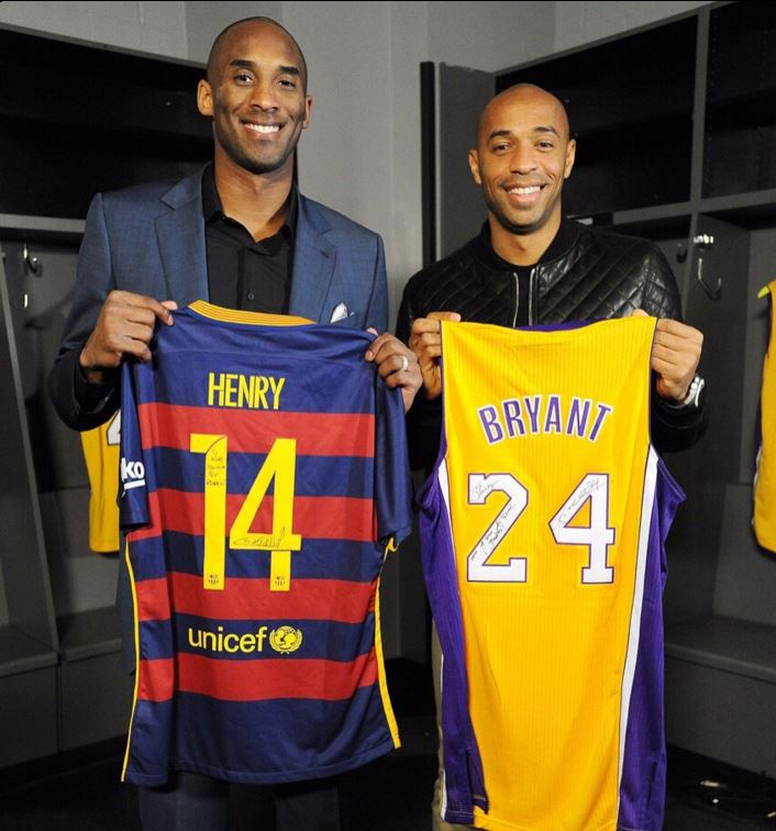 Bryant y Henry posan con camisetas de Barça y Lakers (TWITTER @NBA).