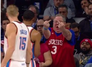 Aficionado insultando a Westbrook