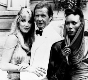 oger Moore, Tanya Roberts y Grace Jones,