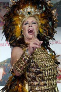 La cantante de Triana María Jiménez luce sus plumas en 2005.