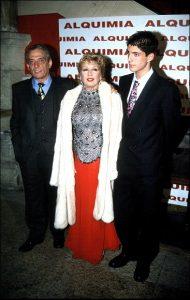 La cantante María Jiménez y el actor Pepe Sancho, junto con su hijo Alejandro, en la celebración del cumpleaños de Sancho
