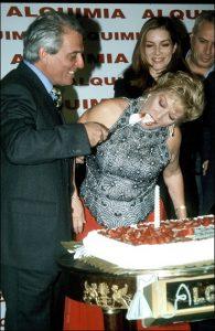 El actor Pepe Sancho ofrece a su mujer, María Jiménez, un pedazo de tarta de cumpleaños