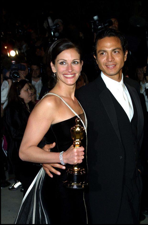 Julia Robert, radiante con su primer Oscar, junto a su pareja de origen latino, Benjamin Bratt