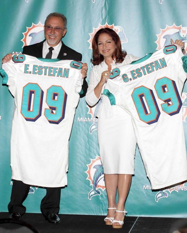 Emilio Estefan y Gloria Estefan, radiantes tras adquirir su participación en los Miami Dolphin