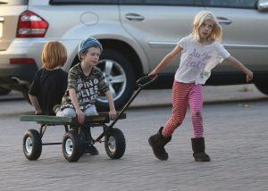 los tres hijos de Julia Roberts se divierten en Malibú con un carrito.