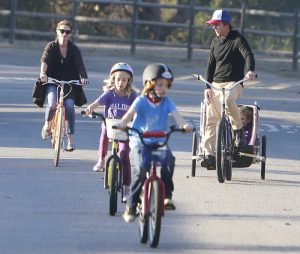 Día de bici en familia: Julia Roberts con su marido y sus hijos