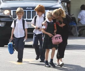 Julia Roberts, una madre cariñosa que lleva a sus hijos al cole