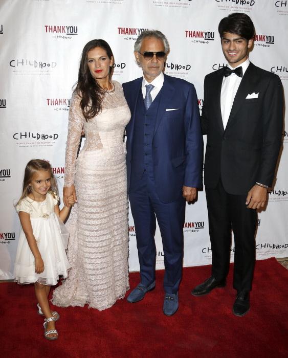 El tenor italiano Andrea Bocelli con su segunda mujer, Veronica Berti y dos de sus hijos