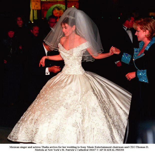 Thalía vestida de novia, llega a su boda con el presidente de Sony Music Thomas D. Mottola en la catedral St. Patrick's de Nueva York, el 2 de diciembre de 2000