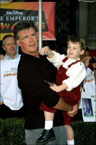 Alan Thicke con su hijo Carter en diciembre de 2000. (GTRES)