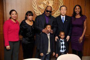 Stevie Wonder y su familia en la Onu con Ban Ki-Moon