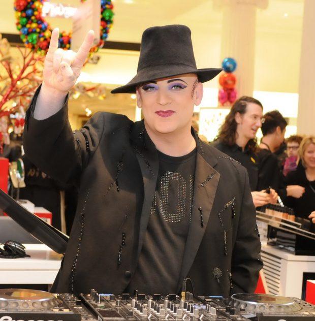 Boy George ejerciendo de DJ en diciembre de 2010.