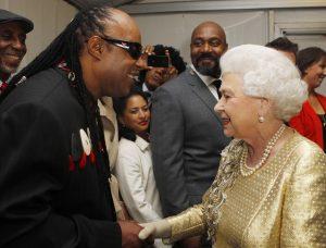 Stevie Wonder conoce a la reina Isabel II de Inglaterra