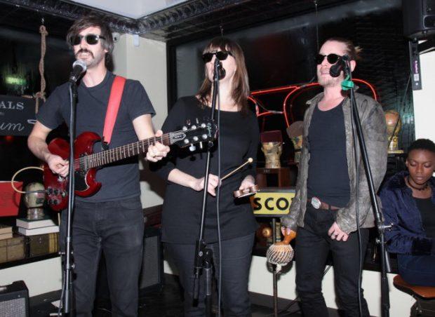 Macaulay Culkin y su banda Pizza Underground tocando en Nueva York en enero de 2014.