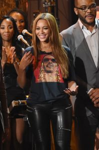 Beyoncé enseña una camiseta de Stevie Wonder