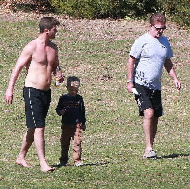 Alan Thicke con su hijo, el cantante Robin Thicke y su nieto Julian en marzo de 2015, en California.