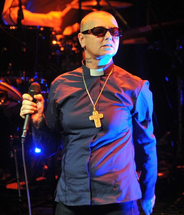 La cantante irlandesa Sinead O'Connor , que también es sacerdotisa de una rama católica, en un concierto en Dublín (Irlanda) en abril de 2015.