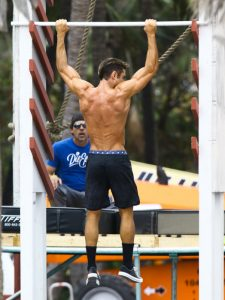 El actor Zac Efron haciendo dominadas en el rodaje de 'Baywatch'