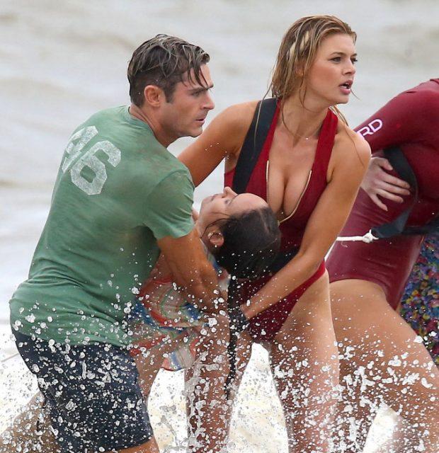 Kelly Rohrbach y Zac Efron EN una escena del remake de Los vigilantes de la playa