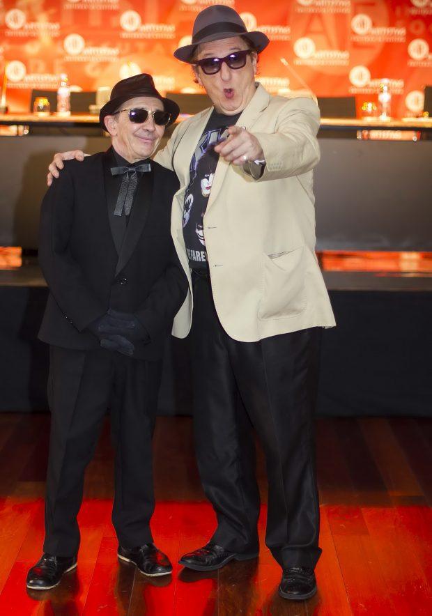 """Javier Gurruchaga y Popotxo Ayestaran durante la presentación del disco de la Orquesta Mondragón """"Anda suelto Satanás"""" en junio de 2016"""