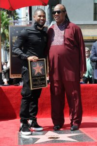 Stevie Wonder y el rapero Usher en el Paseo de la Fama de Hollywood