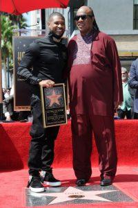 Stevie Wonder y el rapero Usher en el Paseo de la Fama de Hollywood