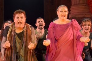 Marisol Ayuso y Javier Gurruchaga en 'Pluto', una comedia de Aristófanes