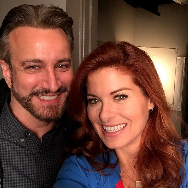 Debra Messing y Bronson Pinchot, que participó en un episodio de los misterios de Laura