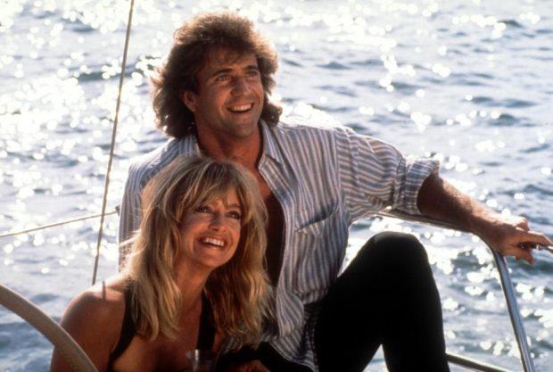 Goldie Hawn y Mel Gibson navegando en un bote en una escena de 'Bird on a wire', 1990