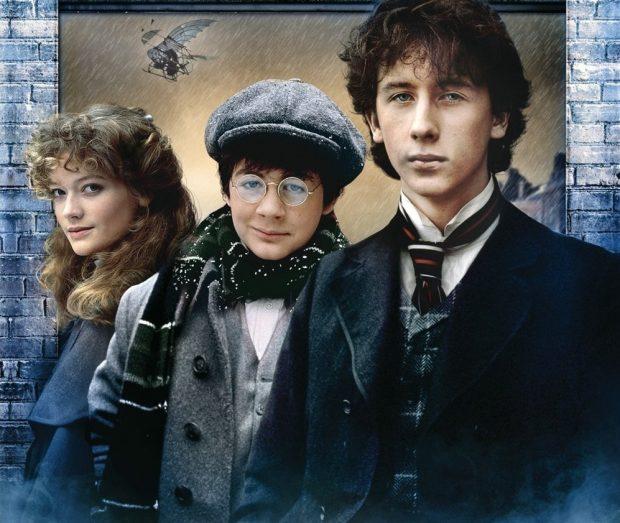 Nicholas Rowe, Alan Cox y Sophie Ward en el papel del joven Sherlock, Watson y Elisabeth Hardy, en la película Young Sherlock Holmes