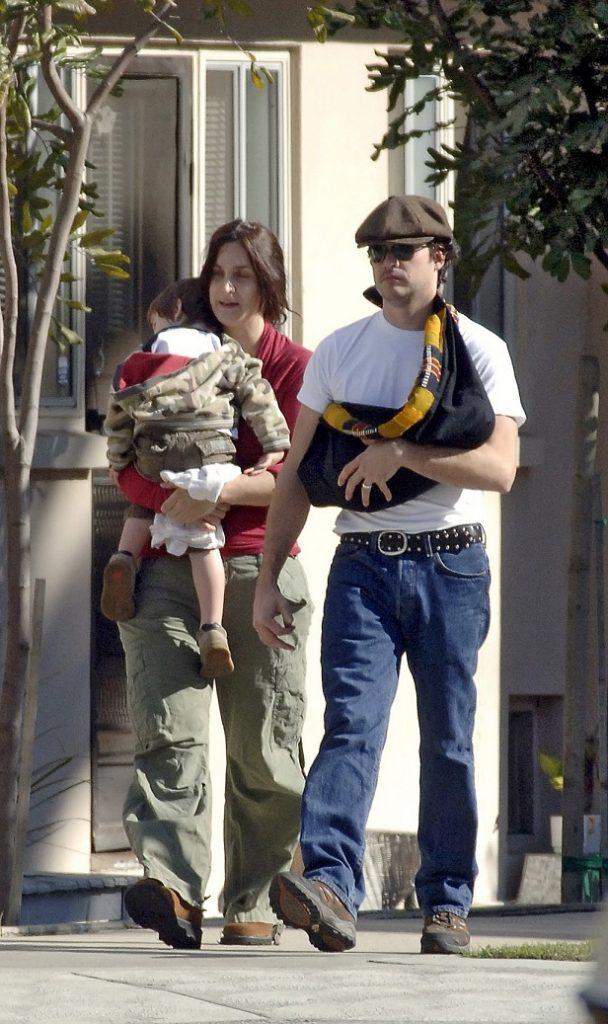 Carrie Anne Moss y Steven Roy paseando con sus hijos en diciembre de 2005.