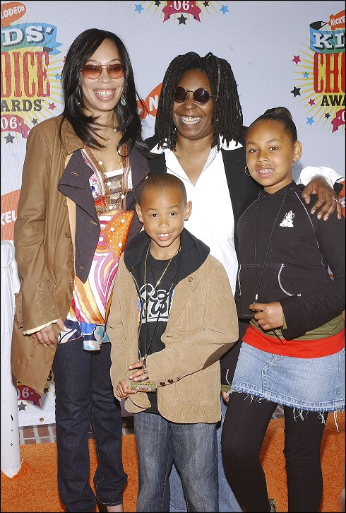 Whoopi Goldberg con su hija y sus nietos en loe premios KIDS CHOICE AWARDS 2006.
