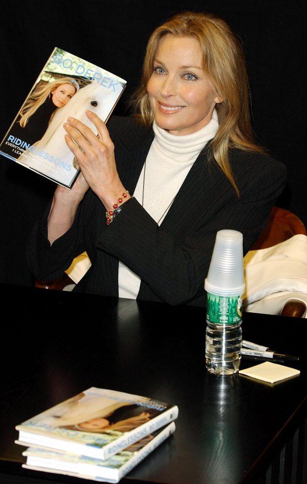 Bo Derek presenta su biografía en la librería Barnes&Noble de Nueva York., en 2002. (GTRES)