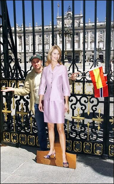 Silueta de Eva Sannum en cartón frente al palacio real de Madrid.