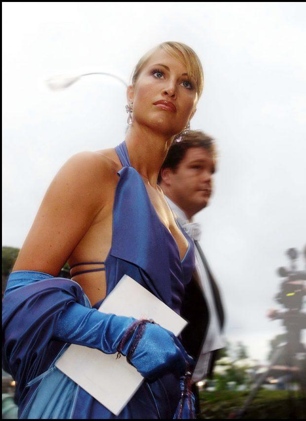 Eva Sannum con un vestido azul escotado llegando a la boda de Haakon y Mette Marit