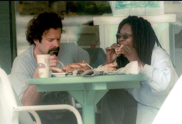 Whoopi Goldberg y Michael Visbal comiendo en un restaurante de Malibú en 2001. (GTRES)