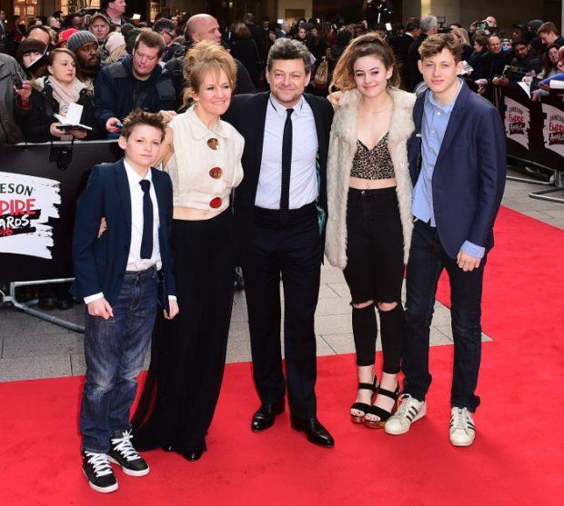 El actor Andy Serkis con su familia, su mujer Lorraine Ashbourne, y sus hijos Louis Serkis, Ruby Serkis y Sonny Serkis en un evento de Londres, en 2016.