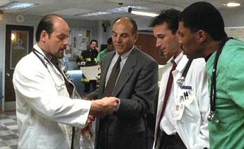 Michael Ironside en su papel de médico en la primera temporada de 'Urgencias'.