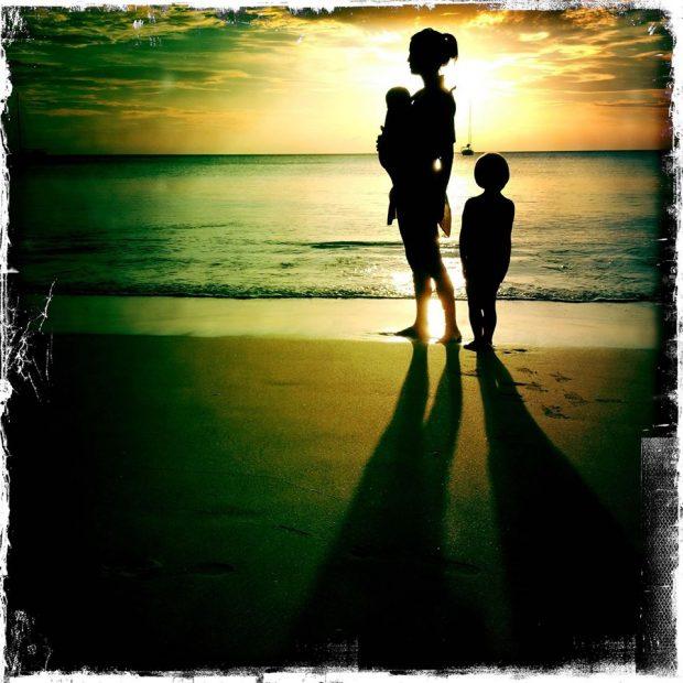 Fotografía de Eva Sannum y sus hijos en Facebook.
